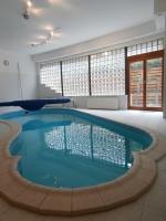 Zsámbékon eladó luxusingatlan luxus családi ház beltéri medencével